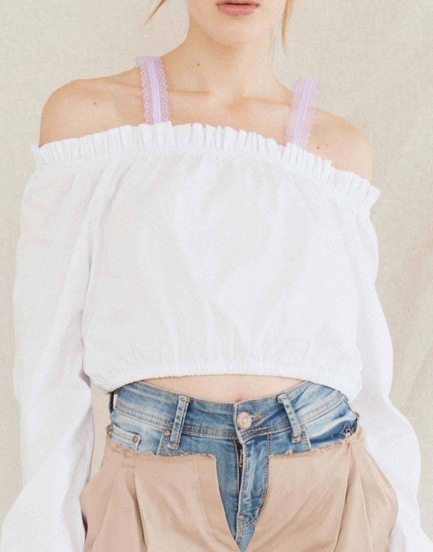 Укороченная блуза с открыми плечами