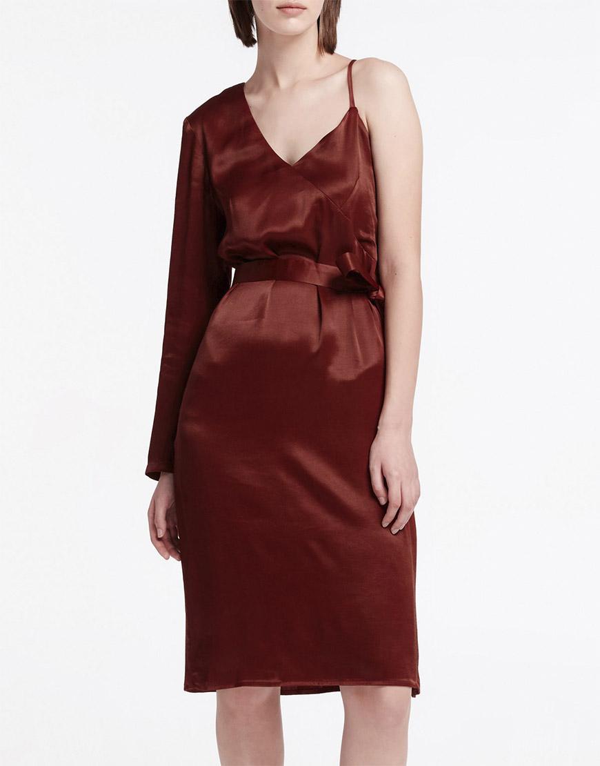 Платье на одно плечо прямого кроя