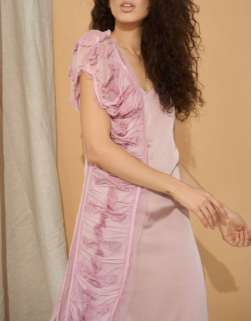 Платье с кружевом на тонких бретелях
