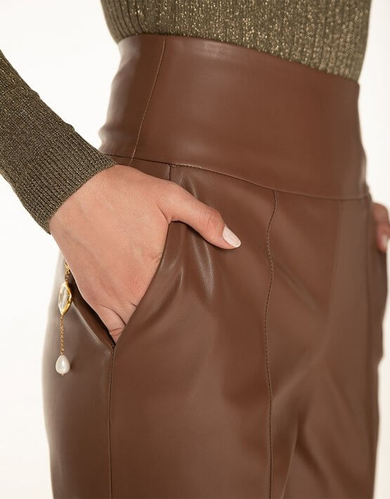 Брюки с завышенной талией из эко-кожи Brown WNDR_fw2021_сtbr_09, фото 6 - в интеренет магазине KAPSULA